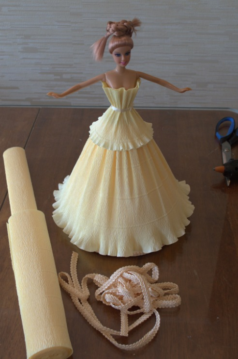 Платье для куклы из гофрированной бумаги своими руками
